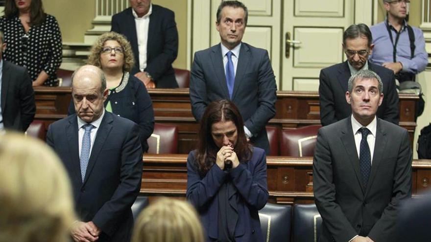 La vicepresidenta del Gobierno de Canarias, Patricia Hernández, visiblemente emocionada durante el minuto de silencio que guardó el Parlamento de Canarias al conocerse el fallecimiento del exdiputado socialista Juan Carlos Alemán. EFE/Cristóbal García