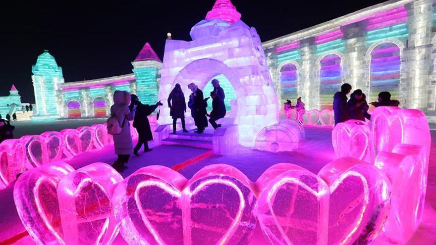 Inauguran el festival de Hielo de Harbin, famoso por sus colosales estatuas