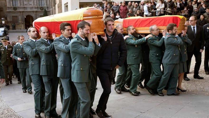 Aplausos y lágrimas en la despedida a los guardias civiles asesinados en Teruel