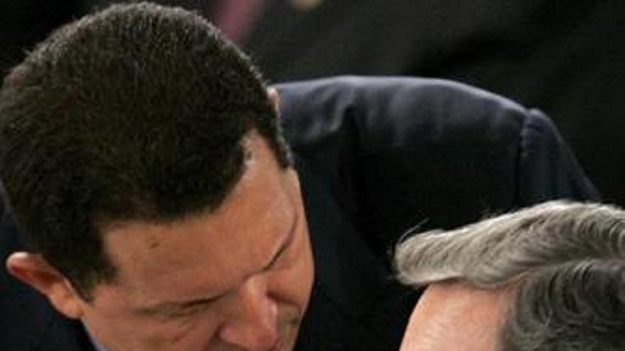 El presidente de Colombia álvaro Uribe con hugo chavez
