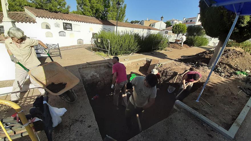 Trabajos arqueológicos en el cementerio de Higuera de la Sierra (Huelva). | JUAN MIGUEL BAQUERO