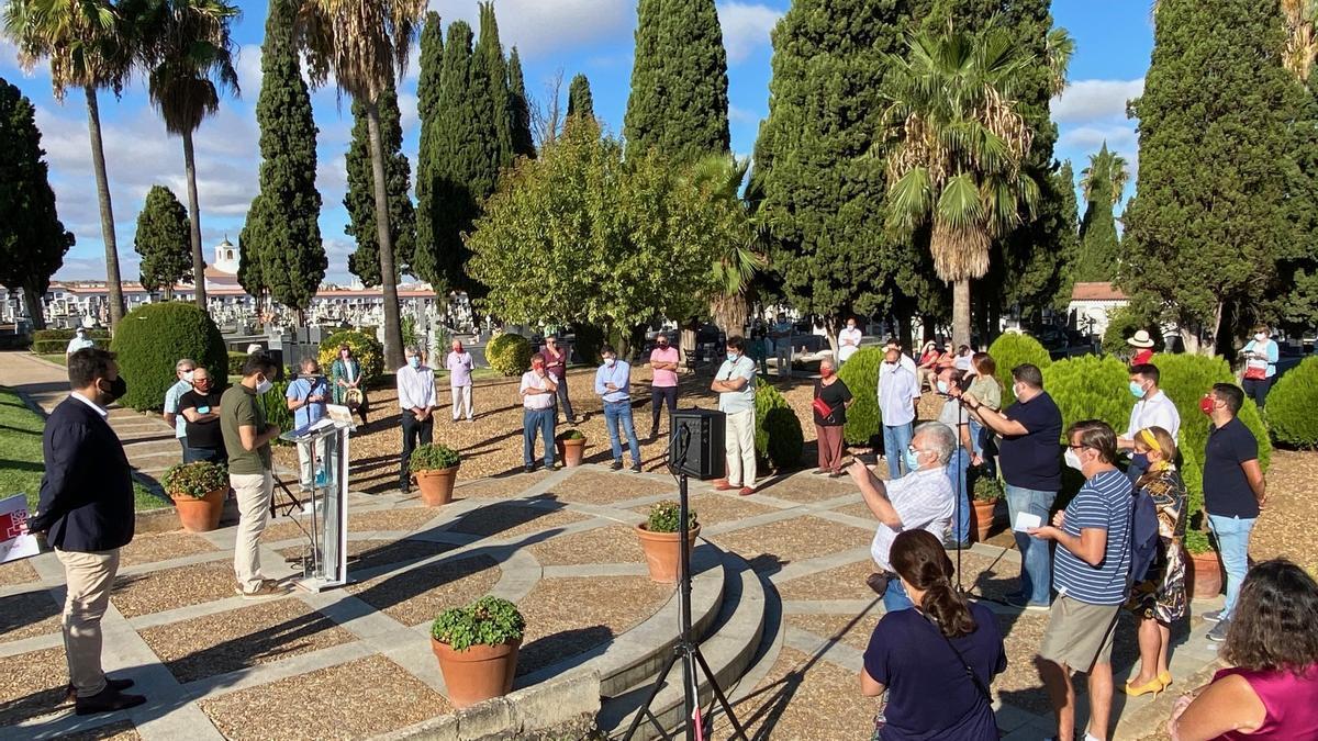 Homenaje a las víctimas del franquismo en el cementerio de Badajoz en 2020.