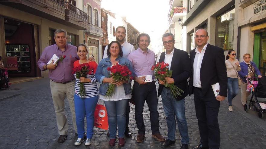 Los candidatos de las alianza  PSOE-NC al Senado y al Congreso con dirigentes socialistas de La Palma en la Calle Real de la capital.