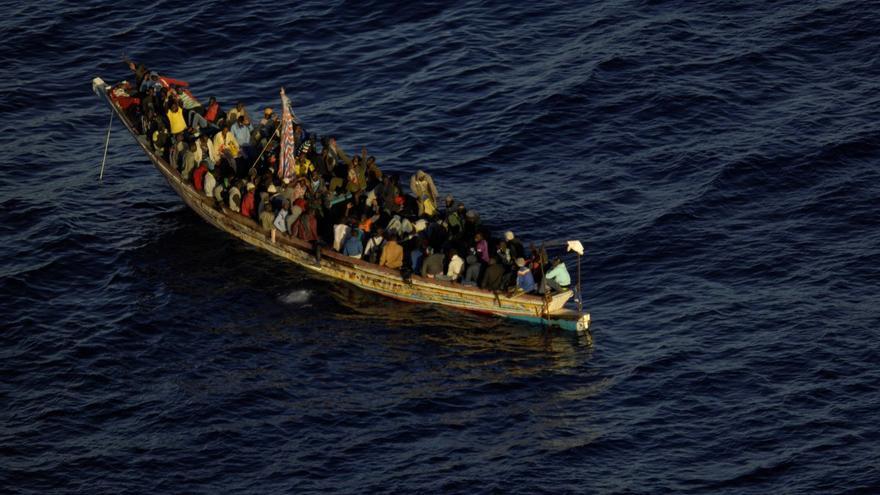 Imagen de Salvamento Marítimo del cayuco rescatado con 105 personas a bordo.