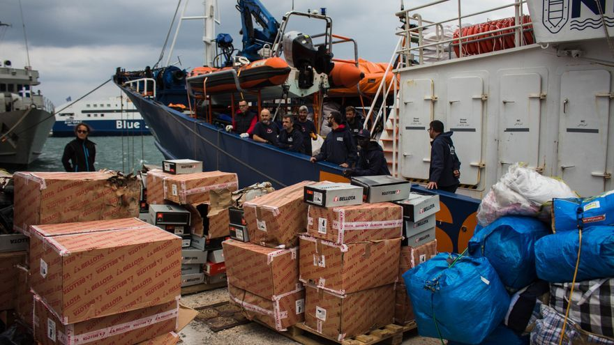 La tripulación del Aita Mari descarga las ocho toneladas de ayuda humanitaria en la isla griega de Lesbos