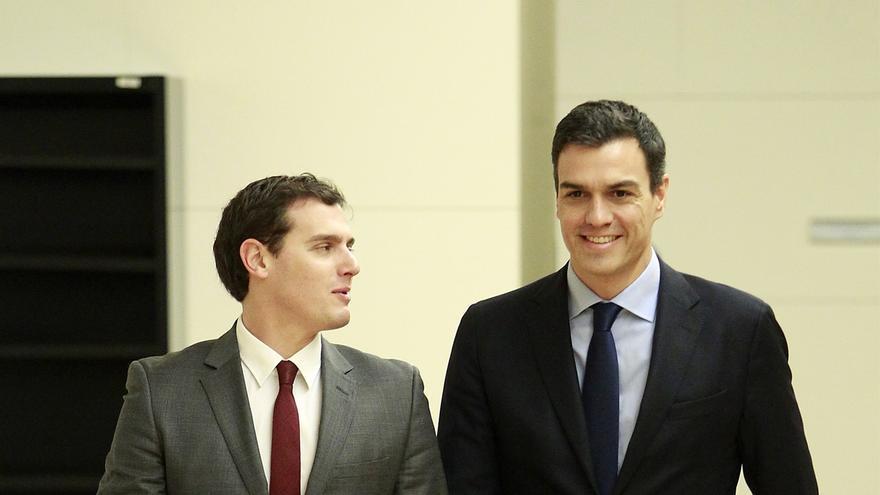 Rivera y Sánchez piden a sus equipos que negocien desde mañana con el paro y la corrupción como temas prioritarios