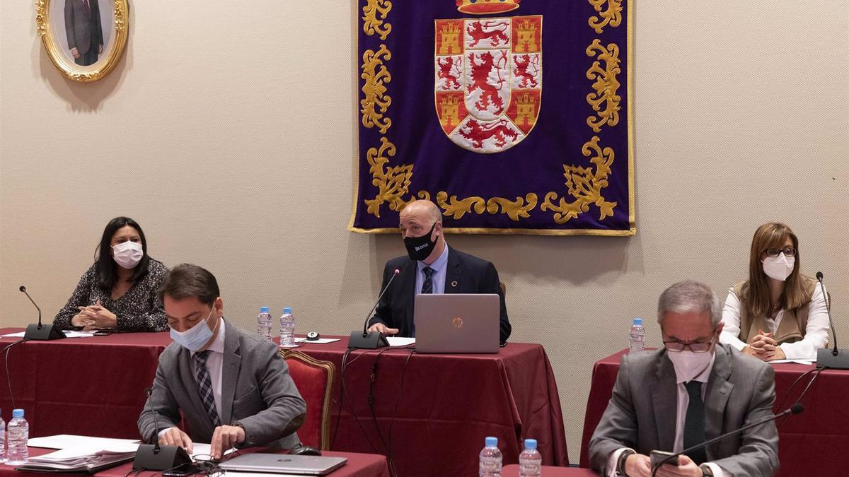 El presidente de la Diputación de Córdoba, Antonio Ruiz (centro), preside la sesión plenaria.