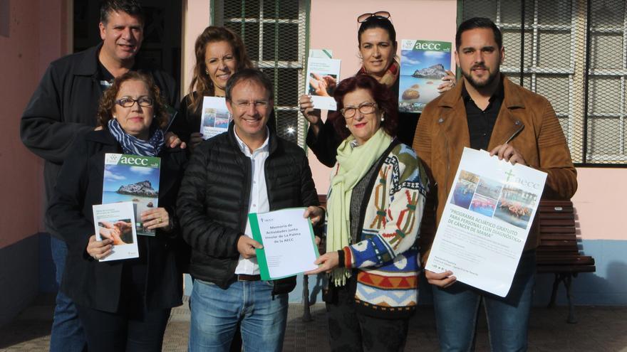 Responsables del Ayuntamiento de El Paso con representantes de la AECC.