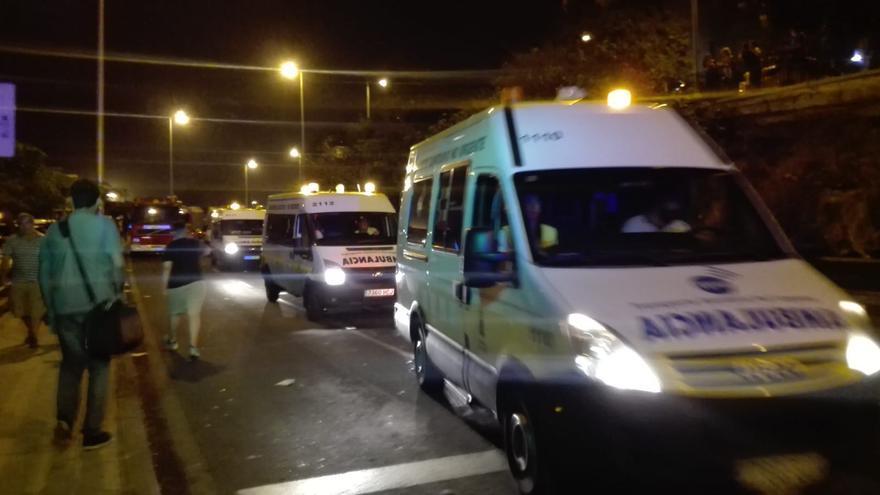 Ambulancias en las inmediaciones del centro sanitario santacrucero, en la noche del lunes