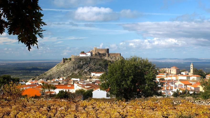 El casco urbano de Montánchez, al pie de su castillo; los molinos irían en la sierra, a espaldas de la foto