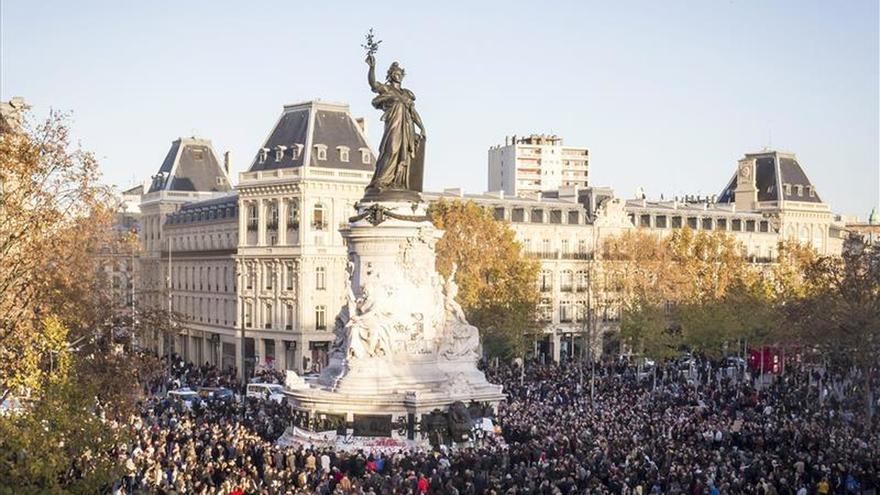 El estallido de una bombilla causó la estampida en la plaza de la República
