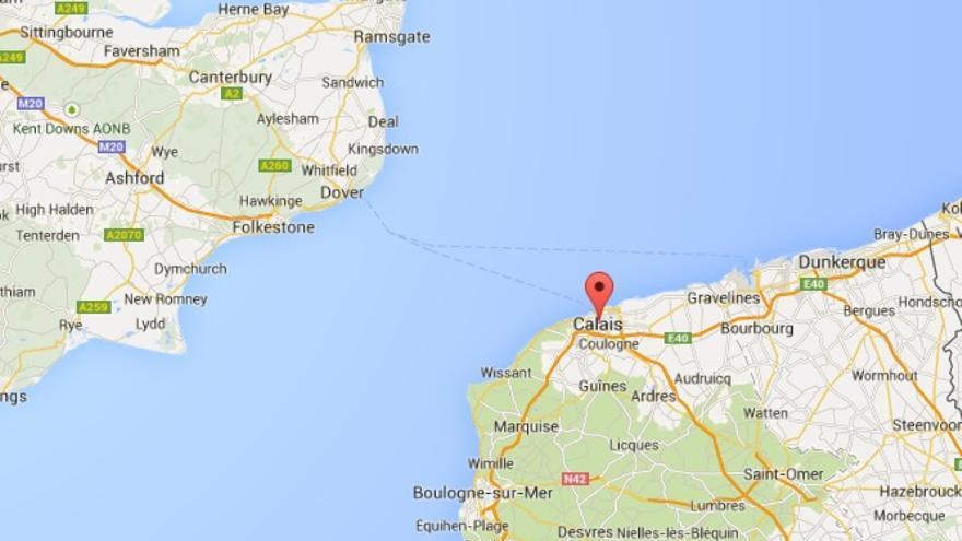 Calais se encuentra al norte de Francia en el punto más estrecho del canal de la Mancha. En este punto mide solo 34 kilómetros. Captura de Google Maps.
