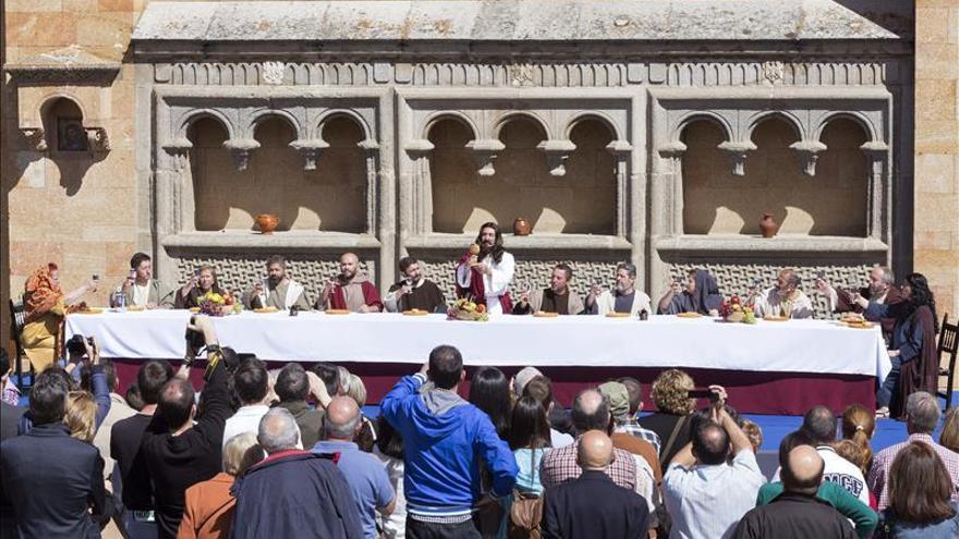 Dos mil personas asisten a la primera pasi n viviente de for Mural nuestra carne