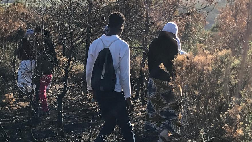 Jóvenes en el bosque de Branes, en Tánger.