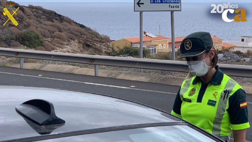 Agente de la Guardia Civil en un control de tráfico.