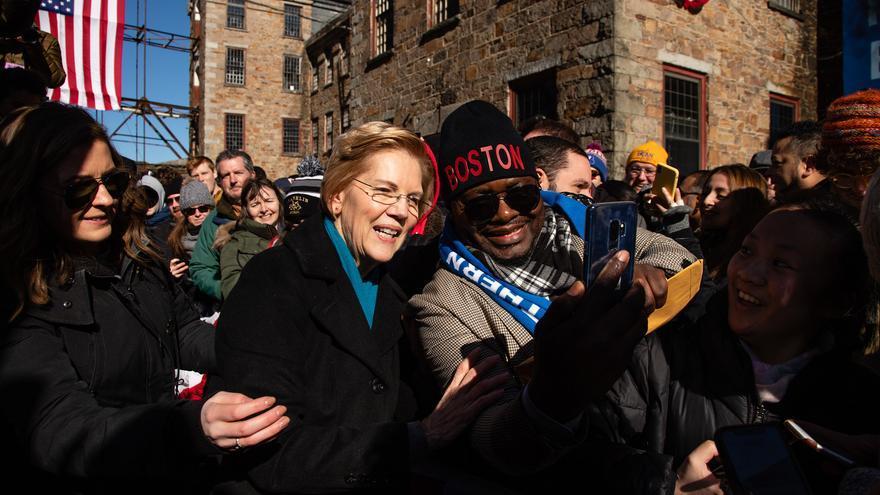 Warren se toma un selfie con uno de sus seguidores en Massachusetts.