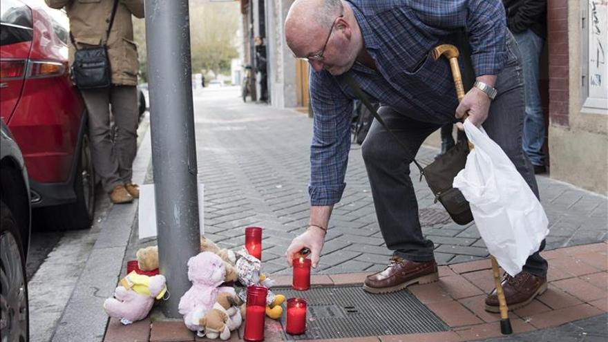 Colocan velas y peluches en memoria de la niña asesinada en Vitoria
