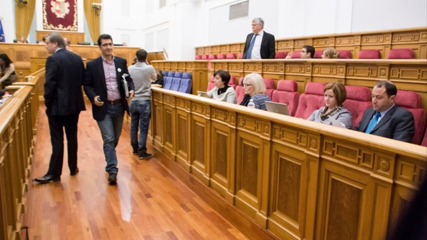 Los diputados del PSOE se marchan de las Cortes de Castilla-La Mancha expulsados