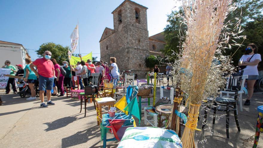 Castejón del Campo (Soria) reúne 234 sillas para reclamar un medio rural vivo