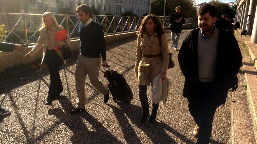 Los técnicos de Ineco Salvador Arriaga y Jorge Merino a la salida del juzgado con sus abogadas