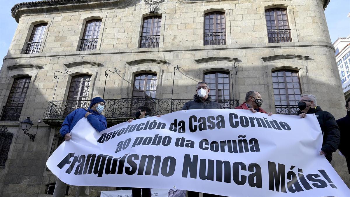 Protesta ante la Casa Cornide en A Coruña para reclamar que se integre en el patrimonio público