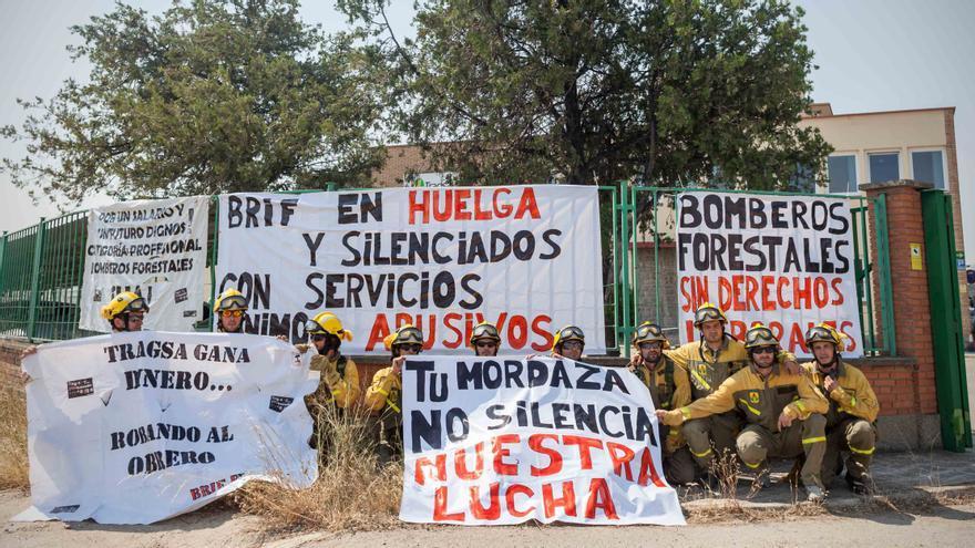 Los bomberos a las puertas de Tragsa. Foto: Juan Manzanara