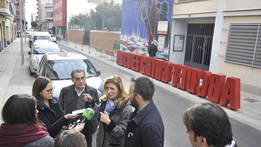 Amparo Marco se dirige a los periodistas en una visita al barrio de Maestría de Castelló.