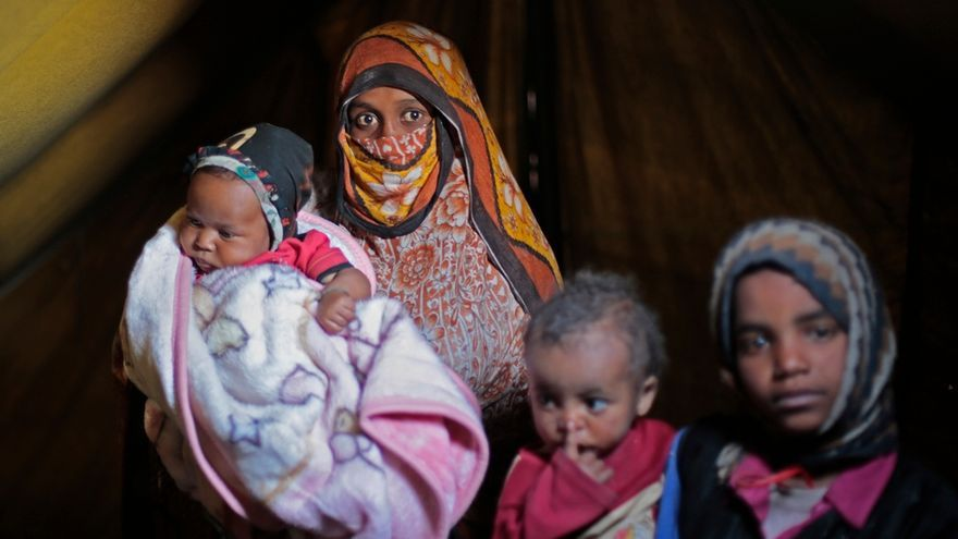 Um Abdulramán sostiene a su hijo el pasado 20 de febrero de 2016, nacido durante la guerra y ahora desplazado en el campamento de los desplazados khmer en Amran, en el noroeste de Yemen. La familia tuvo que abandonar su hogar para escapar de los constantes ataques aéreos en la provincia septentrional de Saada. © Rawan Shaif