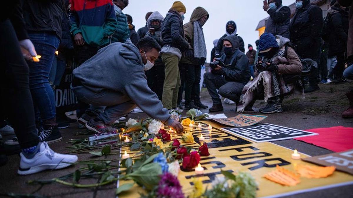 Manifestantes colocan velas y flores en un monumento a Daunte Wright, Minnesota, Estados Unidos, 13 de abril de 2021.