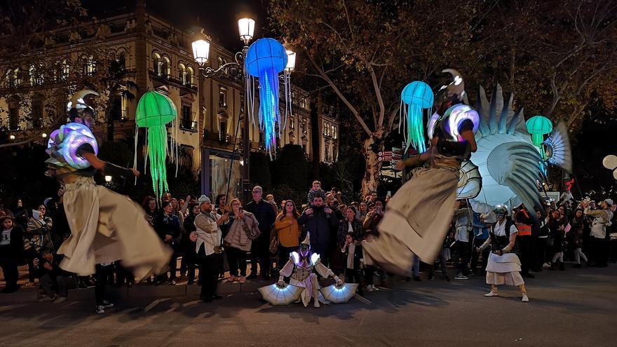 Imagen del pasacalle 'Abismos' por el centro de Sevilla /Foto: Ayuntamiento de Sevilla
