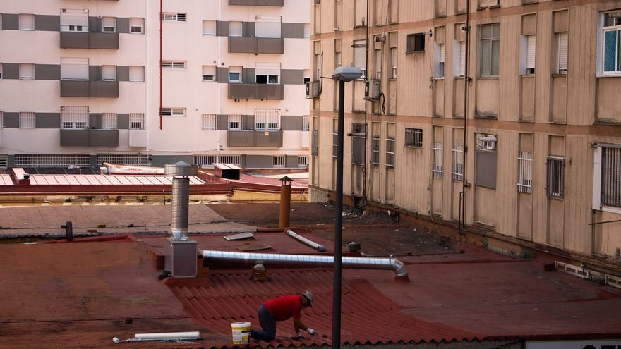 Fachada de bloques de piso en el barrio de San Cristóbal de Los Ángeles (Madrid), el más pobre y con mayor población inmigrante. Foto: Raúl Sánchez