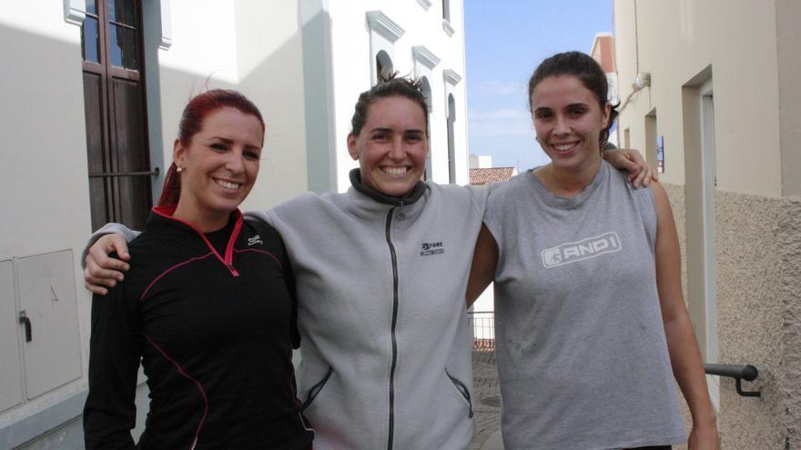 En la imagen, tres de las cuatro mujeres que se han presentado a las pruebas.