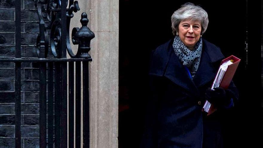 """May afronta más presión para cambiar la salvaguarda irlandesa en el pacto del """"brexit"""""""