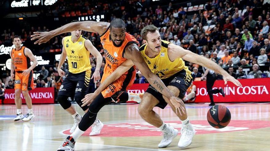 El ala pivot estadounidense del Valencia Basket, Will Thomas (i), disputa un balón a su compatriota del Iberostar Tenerife, el también ala pivot Tim Abromaitis (d), durante el partido correspondiente a la 28ª jornada de la Liga ACB disputado enValencia. EFE/Manuel Bruque