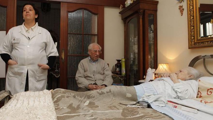 Las cuidadoras están sufriendo los recortes en primera persona.