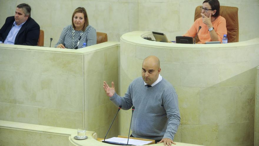 El diputado socialista Víctor Casal durante un debate en el Parlamento de Cantabria.   JOAQUÍN GÓMEZ SASTRE