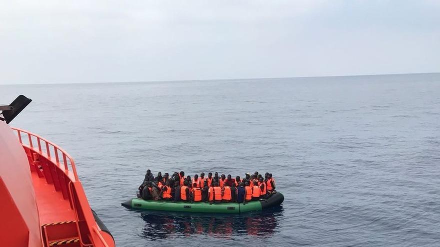 Trasladan a puerto a 76 personas, de ellas 12 menores, rescatadas de una patera en Alborán