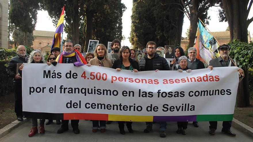Los eurodiputados Ana Miranda (BNG) y Miguel Urbán (Podemos) junto a víctimas del franquismo en el cementerio de Sevilla. | JUAN MIGUEL BAQUERO
