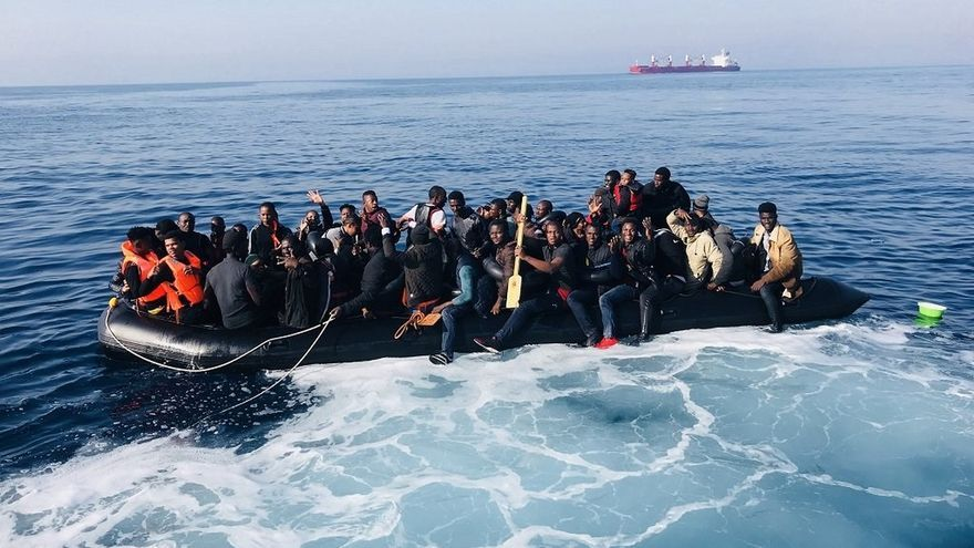 Salvamento traslada a Tarifa a doce magrebíes en buen estado interceptados al sur de Valdevaqueros