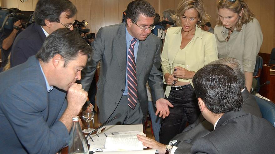 15/07/2003.- El presidente de la Comisión de Investigación de la Asamblea de Madrid, Francisco Granados (c), del Partido Popular, se reúne con miembros de su partido, tras la constitución hoy de la Mesa.