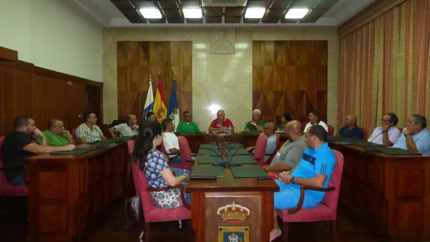 En la imagen, reunión de los transportistas en en salón de plenos del Cabildo.