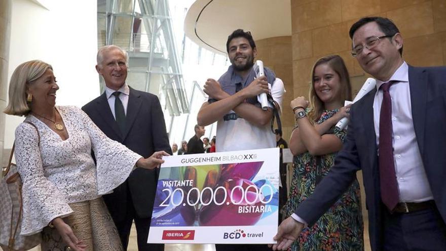 Una joven pareja gallega, visitante número 20 millones del Guggenheim Bilbao