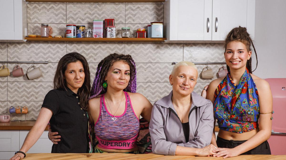 Mila (derecha) y su familia, en el anuncio que ha desencadenado la polémica homófoba en Rusia.