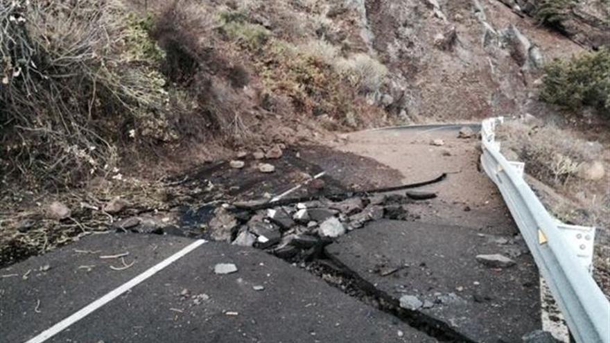 Un desprendimiento obliga a cortar la HI-50 de acceso a Sabinosa en El Hierro. (Europa Press)