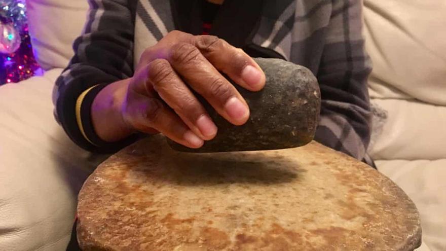 Una piedra utilizada para el planchado de senos (theGuardian)