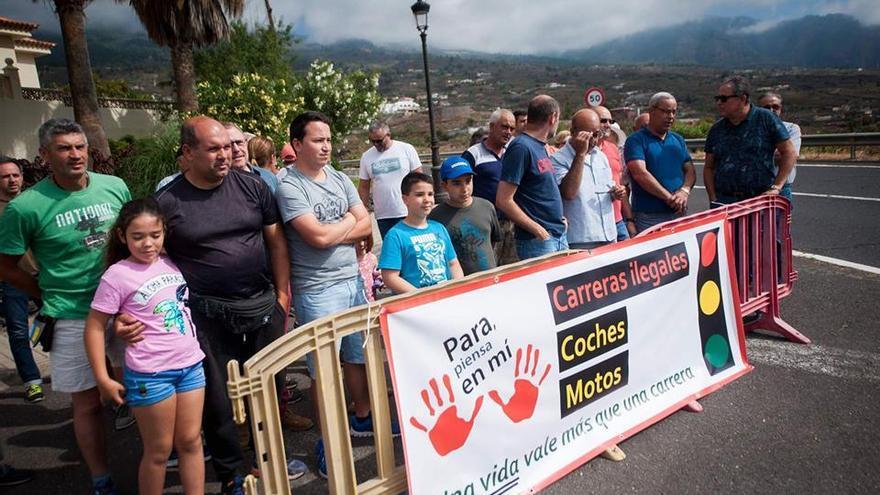 Residentes en Arafo, en la concentración de este sábado, justo en el cruce de acceso a la subida de Los Loros