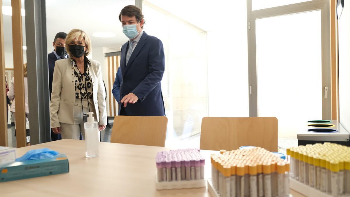 La consejera de Sanidad, Verónica Casado, y el presidente de la Junta de Castilla y León, Alfonso Fernández Mañueco, en su visita al nuevo centro de salud de Burgohondo.