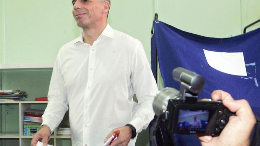 Varufakis en el momento de depositar el voto en las urnas.