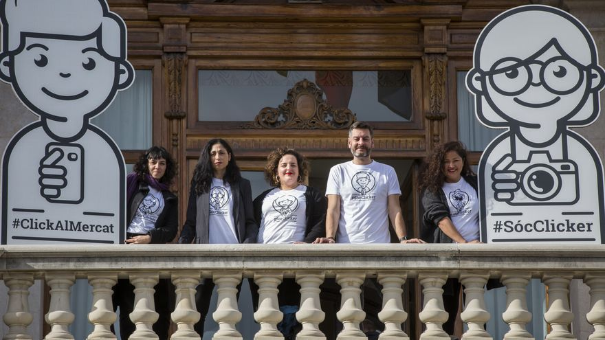 El concejal de Comercio, Carlos Galiana, con varias de los colaboradoras del concurso.
