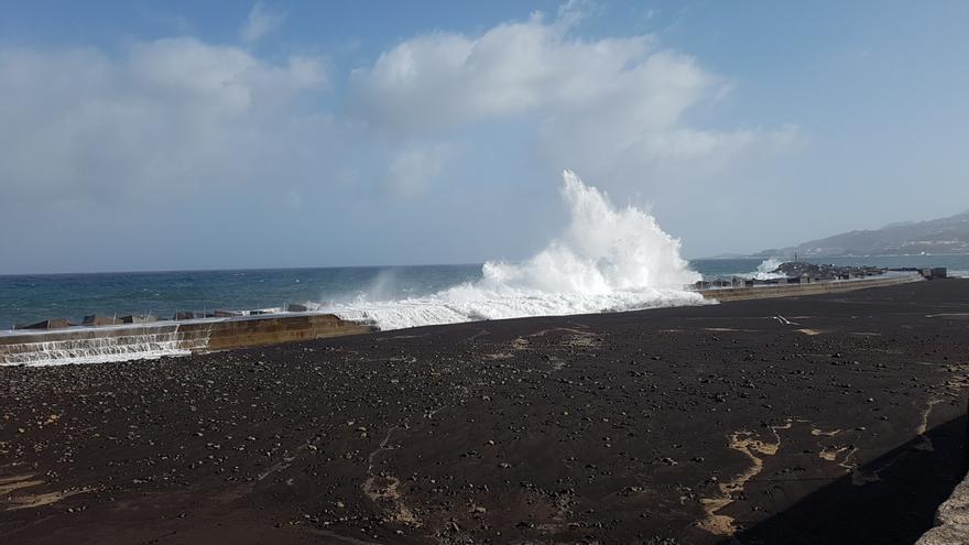 El mar, con olas espectaculares que alcanzan varios metros de altura al impactar contra el dique norte de la playa, ofrece este lunes una exhibición de su poderío. Foto. LUZ RODRÍGUEZ.